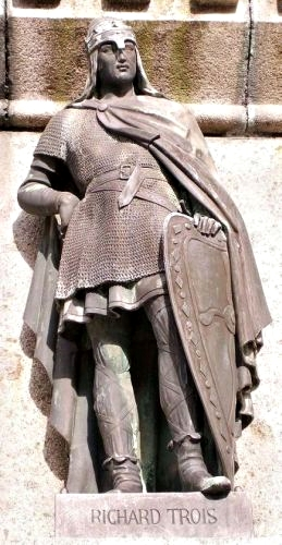 Rikard 3. as part of Six Duchess of Normandy monument on the square of Falaise.