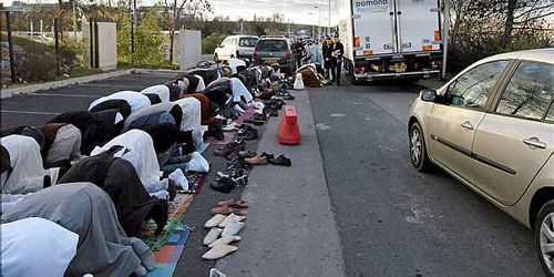 Muslims in Friday prayers at a Paris street