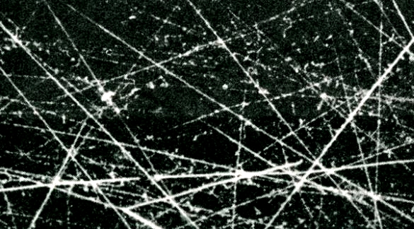 Traces of the path of elementary particles in a Wilson cloud chamber