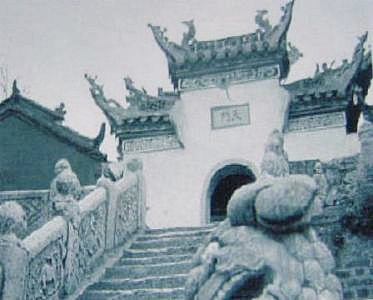 Chinese Tempel with dragons on the roof