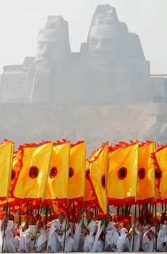 Representatives from all over China, Taiwan and chinese sociaties and  chinatowns from all over the World have met in Shaanxi to honour the ancestor of the chinese race, The Yellow Emperor