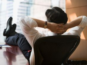 An employee dreams himself away from the boring work