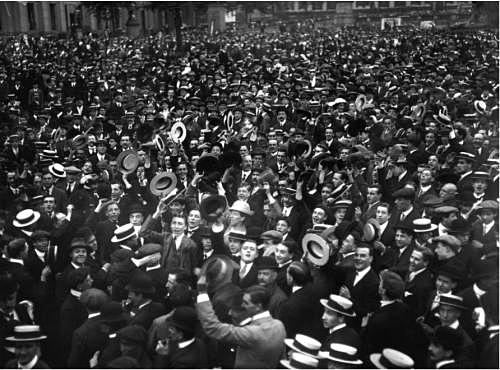 A large crowd cheering over the English war declaration against Germany