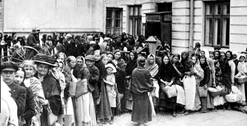 German housewives queuing during the blockade
